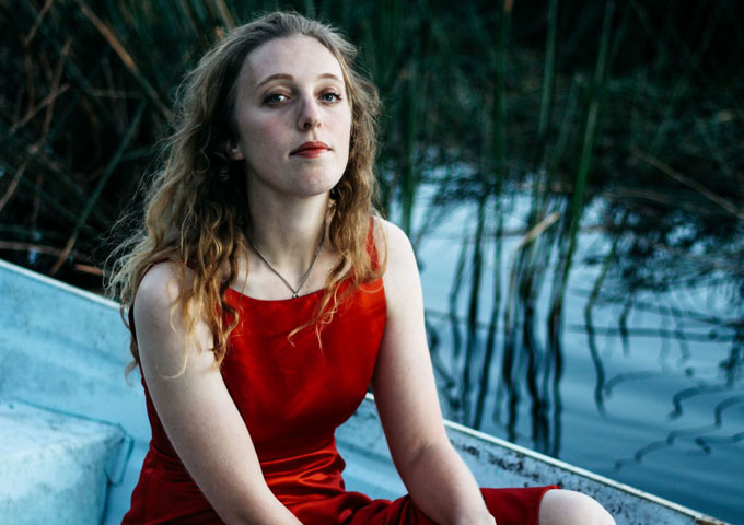 Pop-and-Soul-obsessed folk singer Isobel Knight drops the single 'Conversationalist'